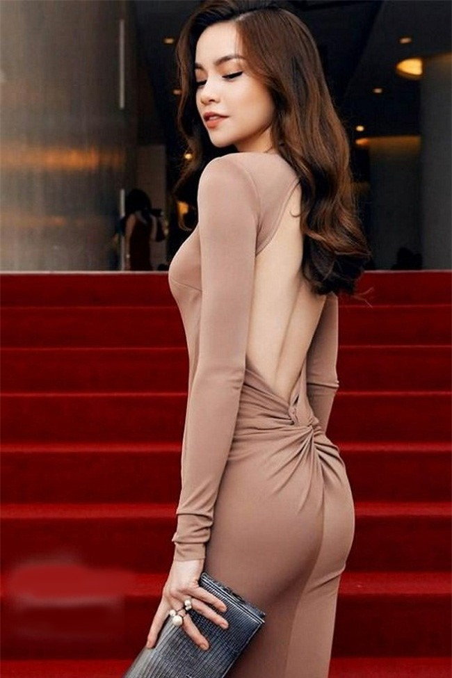 Cả showbiz chắc có mình Hà Hồ dám diện những thiết kế đầm gần tiệp màu da ôm sát sàn sạt - Ảnh 6.