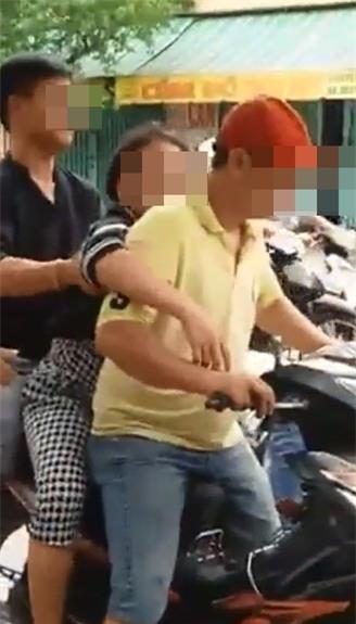 Người phụ nữ co giật vì tai nạn giao thông và cái nhìn lạnh lùng của người đi đường  - Ảnh 2.