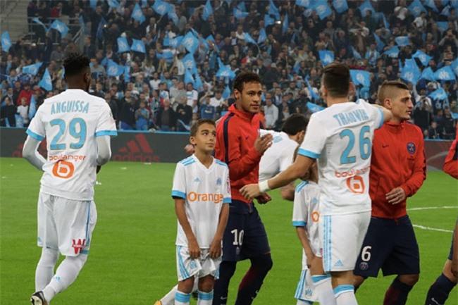 Neymar nhận thẻ đỏ, được cảnh sát bảo vệ lúc đá phạt góc - Ảnh 3.