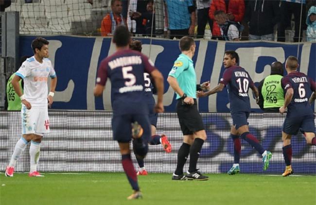 Neymar nhận thẻ đỏ, được cảnh sát bảo vệ lúc đá phạt góc - Ảnh 6.
