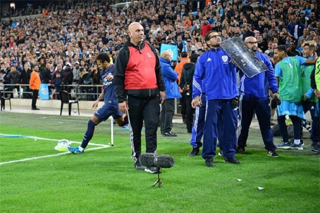 Neymar nhận thẻ đỏ, được cảnh sát bảo vệ lúc đá phạt góc - Ảnh 8.
