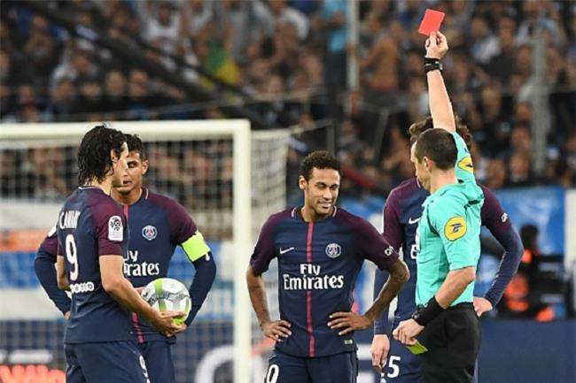Neymar nhận thẻ đỏ, được cảnh sát bảo vệ lúc đá phạt góc - Ảnh 11.