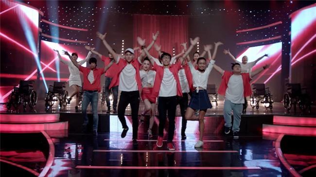 Glee: Angela Phương Trinh, Hòa Minzy ngồi hát trên xe lăn-1