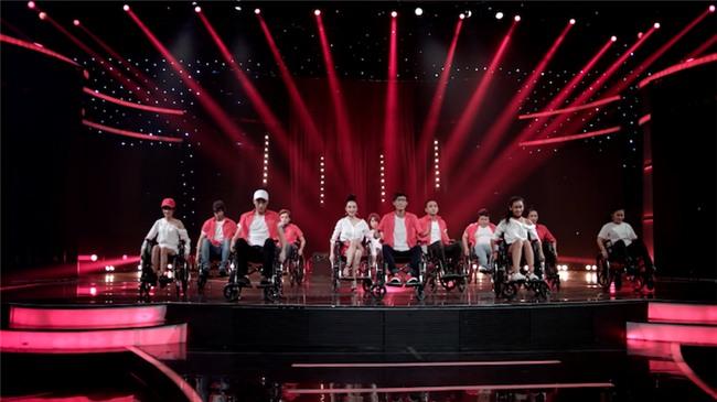 Glee: Angela Phương Trinh, Hòa Minzy ngồi hát trên xe lăn-2