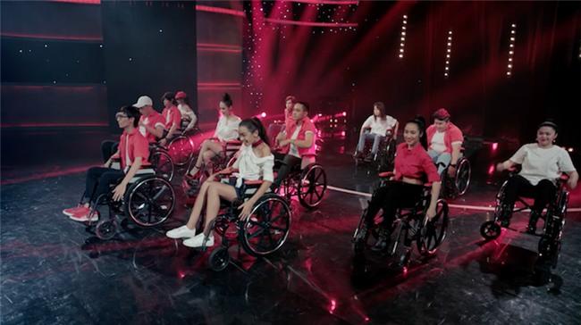 Glee: Angela Phương Trinh, Hòa Minzy ngồi hát trên xe lăn-3