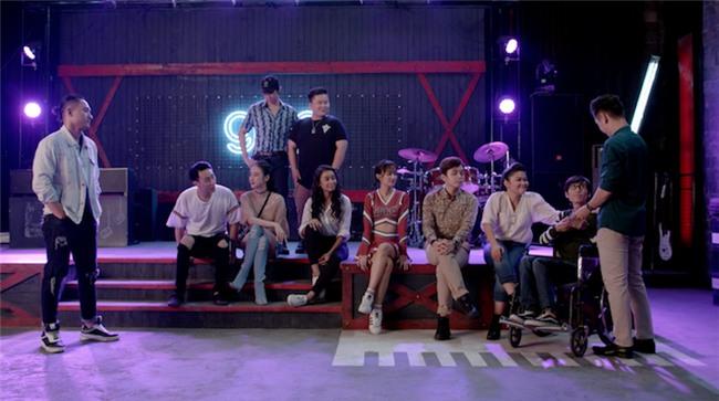 Glee: Angela Phương Trinh, Hòa Minzy ngồi hát trên xe lăn-4