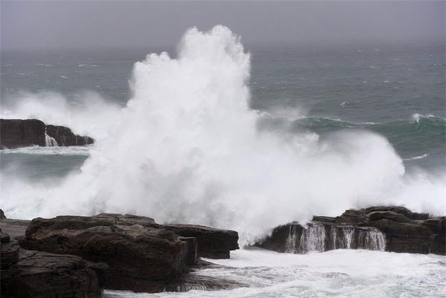 Những hình ảnh đầu tiên về siêu bão quái vật Lan khi đổ bộ Nhật Bản - Ảnh 3.