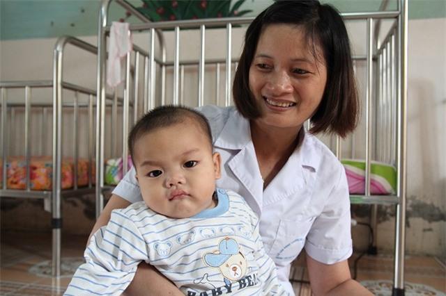 Bé trai bị bỏ rơi được nữ công an cho bú: Gia đình đã đón bé về sau khi xét nghiệm ADN - Ảnh 2.