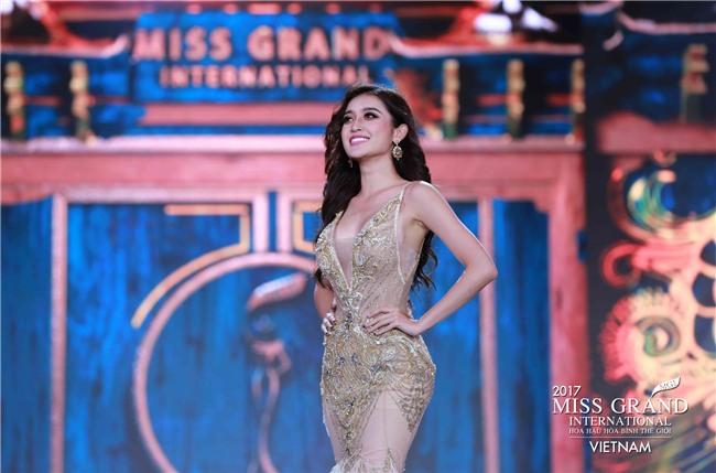 Huyền My cùng dàn thí sinh Miss Grand International 2017 rực rỡ trong trang phục dạ hội - Ảnh 9.