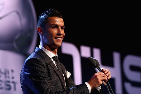 Ronaldo cam on Messi, Neymar sau khi nhan giai The Best hinh anh 4
