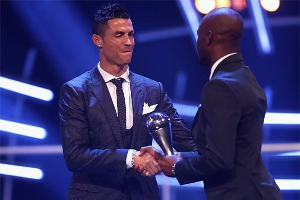 Ronaldo cam on Messi, Neymar sau khi nhan giai The Best hinh anh 7