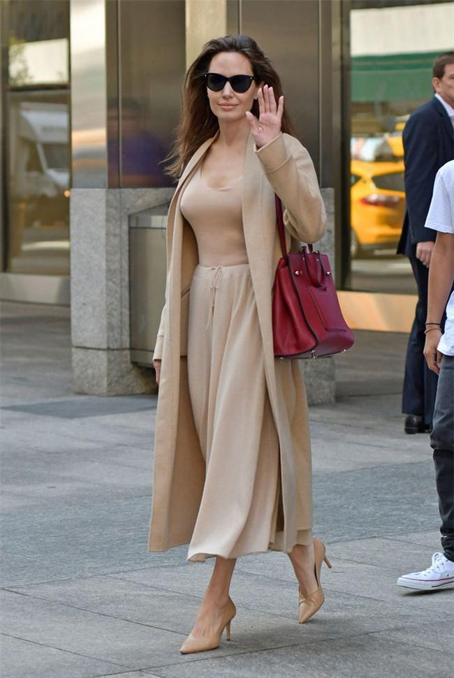 2 bí kíp đơn giản giúp định hình gu thời trang thanh lịch mà chẳng sợ lỗi mốt từ Angelia Jolie - Ảnh 1.