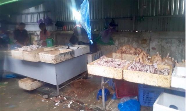 Hà Nội: Bất ngờ với gà đông lạnh bán rẻ như rau tại chợ đầu mối - Ảnh 1.