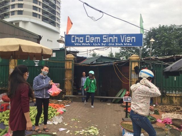 Hà Nội: Bất ngờ với gà đông lạnh bán rẻ như rau tại chợ đầu mối - Ảnh 2.