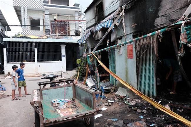 Vụ cháy lớn ở quận 9, TP.HCM: Lao vào ngọn lửa cứu hai con, người mẹ trẻ bị bỏng nặng nhưng chỉ cứu được con - Ảnh 1.