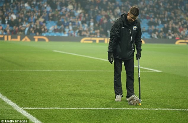 Chú sóc bướng bỉnh gây náo loạn trước trận đấu của Man City - Ảnh 4.