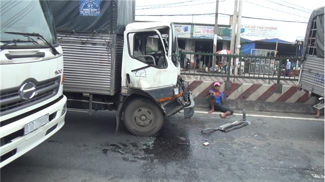Phá cửa cabin cứu tài xế và phụ xe sau tai nạn liên hoàn ở Sài Gòn - Ảnh 1.