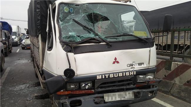 Phá cửa cabin cứu tài xế và phụ xe sau tai nạn liên hoàn ở Sài Gòn - Ảnh 2.