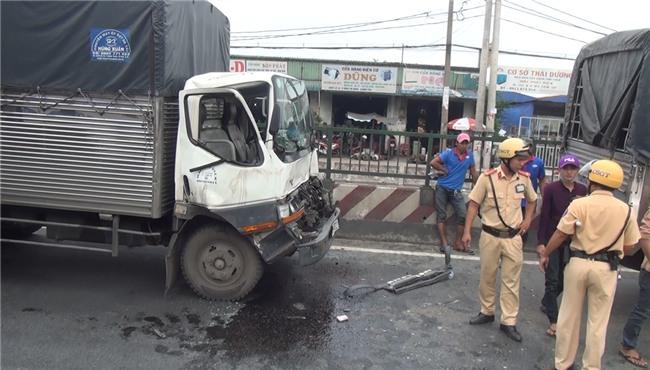 Phá cửa cabin cứu tài xế và phụ xe sau tai nạn liên hoàn ở Sài Gòn - Ảnh 3.