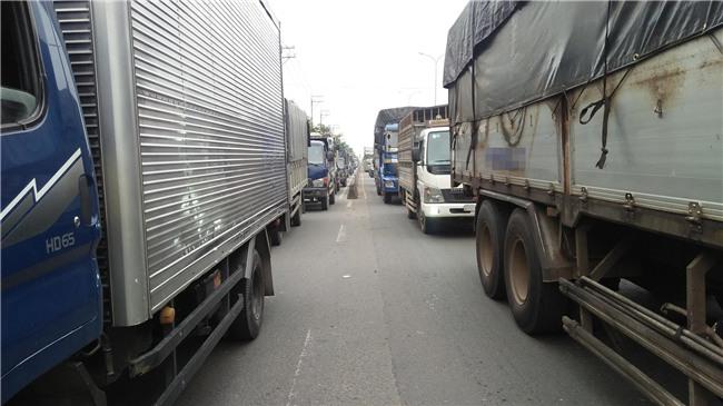 Phá cửa cabin cứu tài xế và phụ xe sau tai nạn liên hoàn ở Sài Gòn - Ảnh 4.