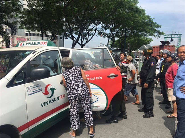 Xôn xao clip người mặc đồ cảnh sát cơ động lên gối thiếu niên ở Sài Gòn - Ảnh 1.