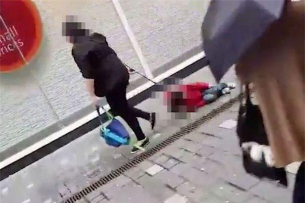 Sự thật đằng sau clip mẹ buộc dây kéo lê con trên phố khiến người bức xúc, kẻ cho là dàn dựng - Ảnh 2.