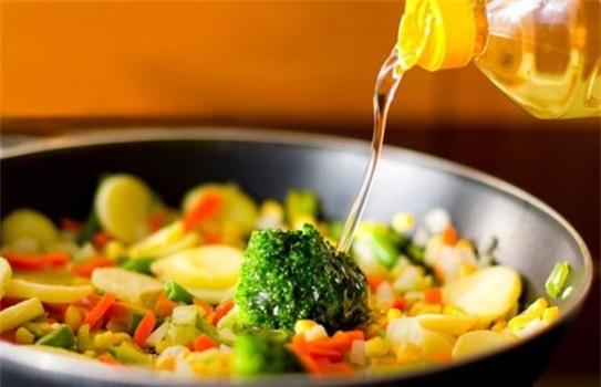 Sự thật nếu nấu nướng bằng dầu thực vật kéo dài - Ảnh 1.