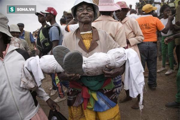 Nhảy múa với xác chết - tập tục cổ hủ đang có nguy cơ giết chết hàng triệu người - Ảnh 1.
