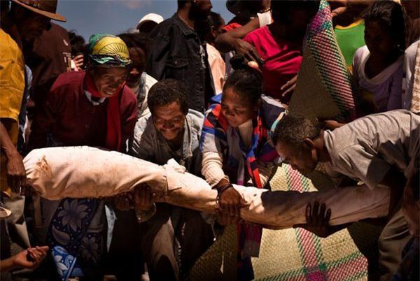 Nhảy múa với xác chết - tập tục cổ hủ đang có nguy cơ giết chết hàng triệu người - Ảnh 2.