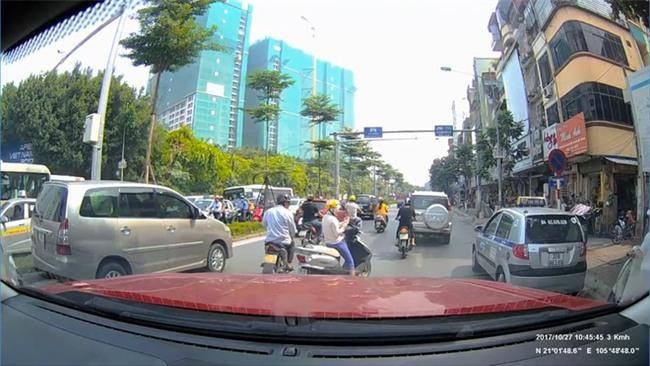 Clip: Ninja bình thản dừng xe giữa đường bấm điện thoại bị anh Tây nhấc bổng, lôi cả người và xe vào vỉa hè - Ảnh 1.