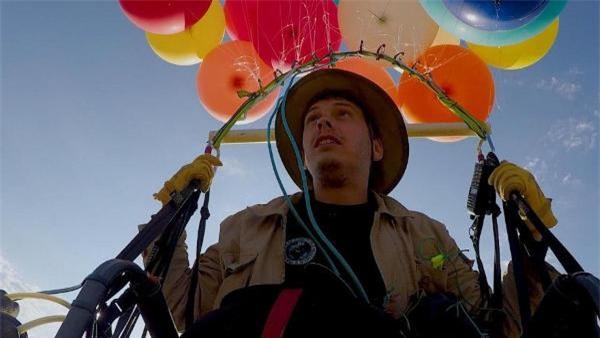 Phim Up ngoài đời thực: Chàng trai dùng 100 quả bóng bay dạo chơi trên bầu trời châu Phi - Ảnh 2.