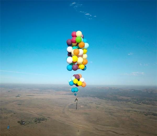 Phim Up ngoài đời thực: Chàng trai dùng 100 quả bóng bay dạo chơi trên bầu trời châu Phi - Ảnh 3.