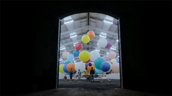 Phim Up ngoài đời thực: Chàng trai dùng 100 quả bóng bay dạo chơi trên bầu trời châu Phi - Ảnh 5.