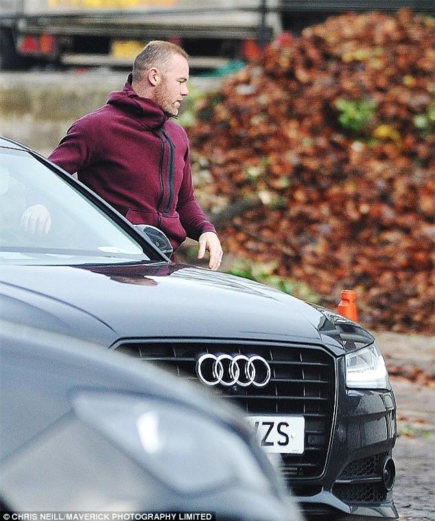 Rooney lủi thủi đi lao động công ích, bà xã Coleen du hí đảo Barbados - Ảnh 1.
