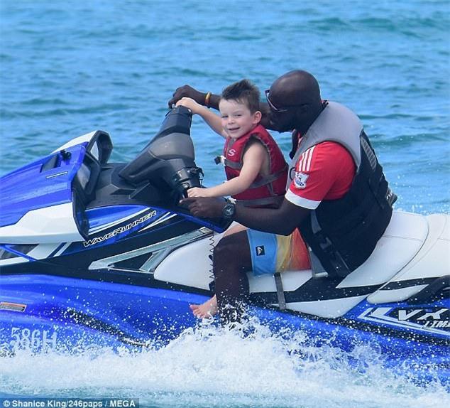 Rooney lủi thủi đi lao động công ích, bà xã Coleen du hí đảo Barbados - Ảnh 8.