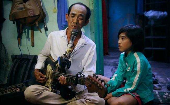 """Chuyện """"Tám mù"""" hát rong - Người cha lang thang Sài Gòn bán tiếng ca kiếm tiền chữa trị đôi mắt cho con gái"""