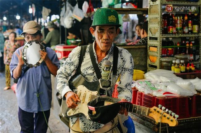 Chuyện Tám mù hát rong - Người cha lang thang Sài Gòn bán tiếng ca kiếm tiền chữa trị đôi mắt cho con gái - Ảnh 2.