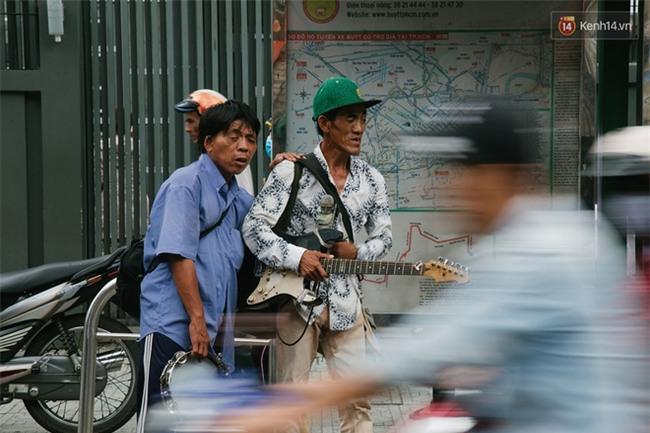 Chuyện Tám mù hát rong - Người cha lang thang Sài Gòn bán tiếng ca kiếm tiền chữa trị đôi mắt cho con gái - Ảnh 6.