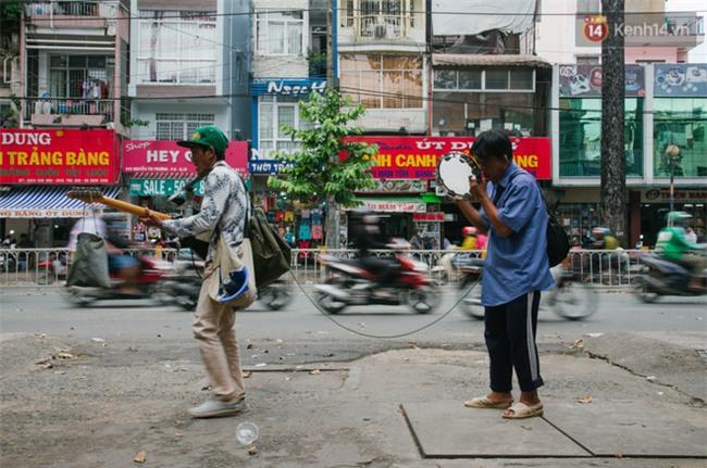 Chuyện Tám mù hát rong - Người cha lang thang Sài Gòn bán tiếng ca kiếm tiền chữa trị đôi mắt cho con gái - Ảnh 9.