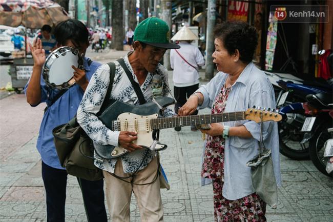 Chuyện Tám mù hát rong - Người cha lang thang Sài Gòn bán tiếng ca kiếm tiền chữa trị đôi mắt cho con gái - Ảnh 14.