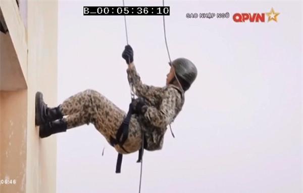 Chặt vỡ ngói bằng tay không, Hương Giang Idol múa ballet ăn mừng trong quân ngũ-2