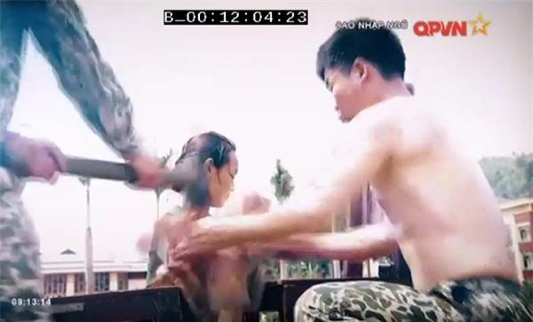 Chặt vỡ ngói bằng tay không, Hương Giang Idol múa ballet ăn mừng trong quân ngũ-3