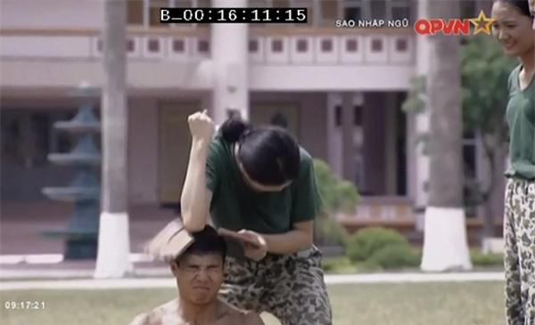 Chặt vỡ ngói bằng tay không, Hương Giang Idol múa ballet ăn mừng trong quân ngũ-6