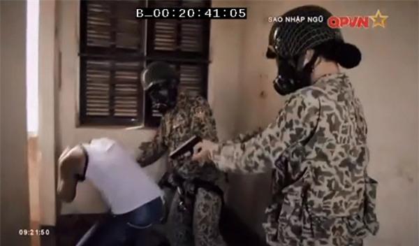 Chặt vỡ ngói bằng tay không, Hương Giang Idol múa ballet ăn mừng trong quân ngũ-8