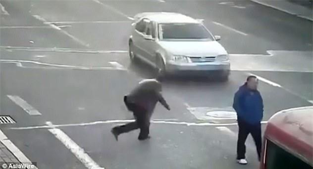 Lao ra giữa đường chặn đầu xe để ăn vạ, người đàn ông hớ nặng - Ảnh 1.