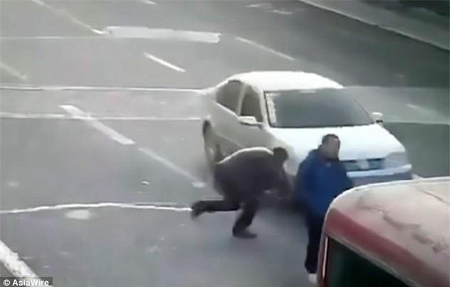 Lao ra giữa đường chặn đầu xe để ăn vạ, người đàn ông hớ nặng - Ảnh 2.