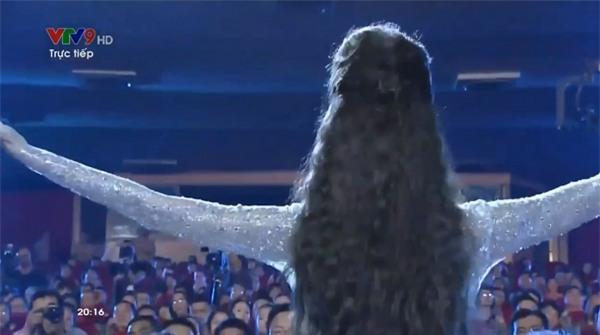 Lan Khuê ngã dúi dụi vì lọt ghế tại chung kết Hoa hậu Đại dương 2017-2