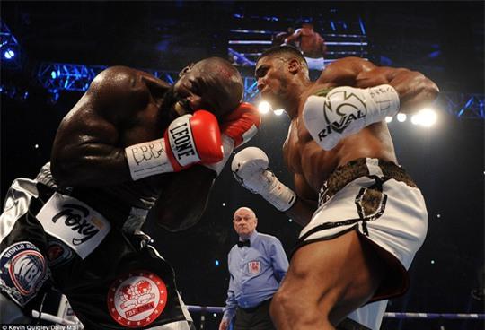 Đánh kẻ thách đấu đổ máu, Joshua bảo vệ đai vô địch - Ảnh 8.