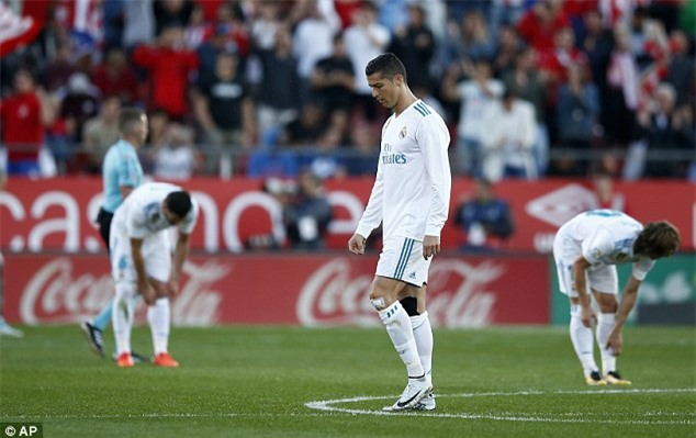 Ronaldo tịt ngòi, Real thua sốc, để Barca bỏ xa 8 điểm - Ảnh 2.