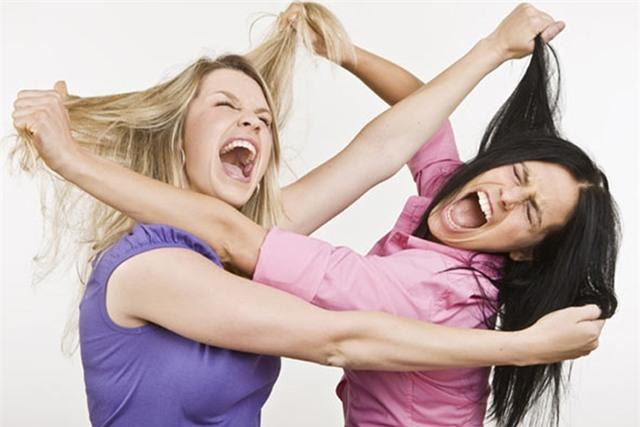 Những trận đánh ghen kinh hoàng của phụ nữ: Khi nạn nhân của tình cảm trở thành tội phạm của luật pháp